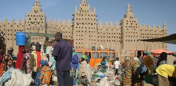 Nem tudo é violência em Mali: feira diante da Grande Mesquita de Djenné, cidade histórica, que foi considerada patrimônio da humanidade pela Unesco