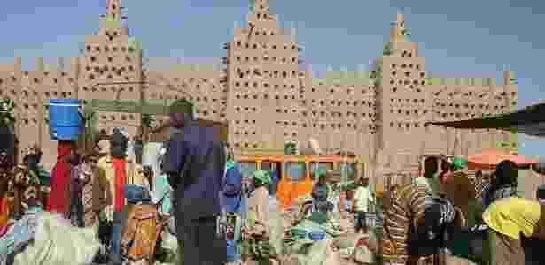 Nem tudo é violência em Mali: feira diante da Grande Mesquita de Djenné, cidade histórica, que foi considerada patrimônio da humanidade pela Unesco - Ferdinand Reus/Wikimedia Commons