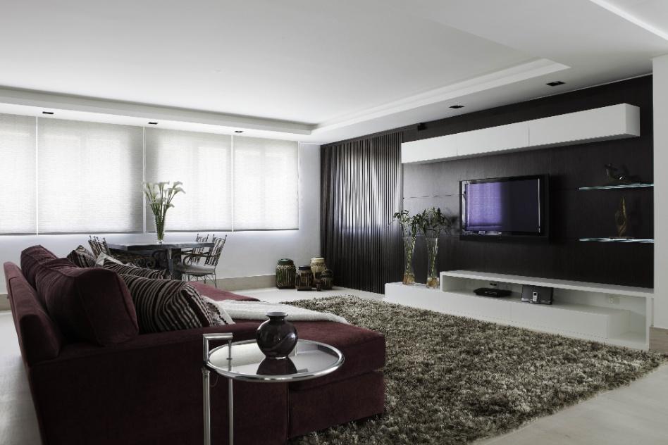 Uma sala íntima faz parte da área que abriga as suítes da casa em Barueri (SP), decorada por Giseli Koraicho. O espaço tem painel escuro como apoio da TV e se baseia em tons neutros. Ao contrário dos quartos, o ambiente não conta com cortinas pesadas e amplas