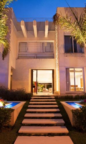 Fachada principal da casa em Barueri (SP) tem projeto arquitetônico assinado por Glorinha Batista e decoração pensada pela designer de interiores Giseli Koraicho