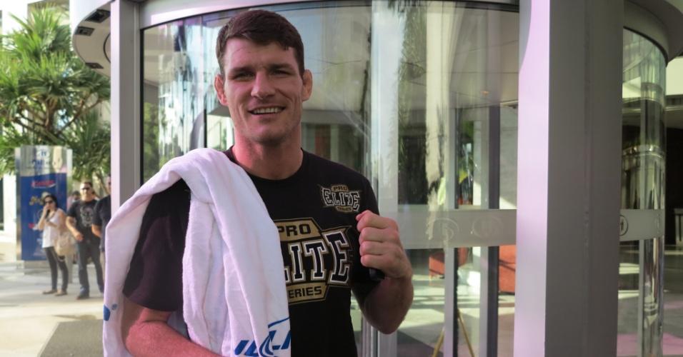 Michael Bisping, rival de Vitor Belfort no UFC SP, neste sábado, chega ao hotel com uma caixa de suco na mão