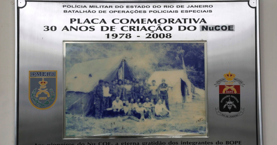 Placa comemorativa dos 30 anos do Bope (Batalhão de Operações Especiais)