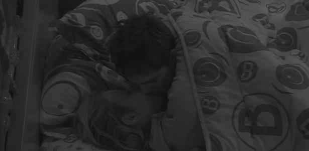18.jan.2013 - ...e ficam trocando beijos por um bom tempo antes de dormir.
