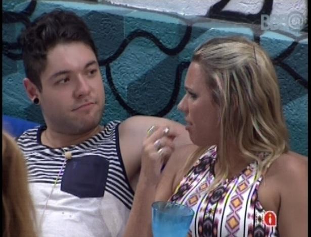 18.jan.2013 - Enquanto todos se divertem na festa, Nasser e Marien conversam sobre as estratégias do jogo