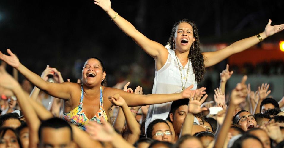 18.jan.2013 - Fãs no show de Ana Carolina, que abriu o terceiro dia do Festival de Verão 2013, em Salvador. O festival, em sua 15ª edição, acontece até o dia 19 de janeiro no Parque de Exposições