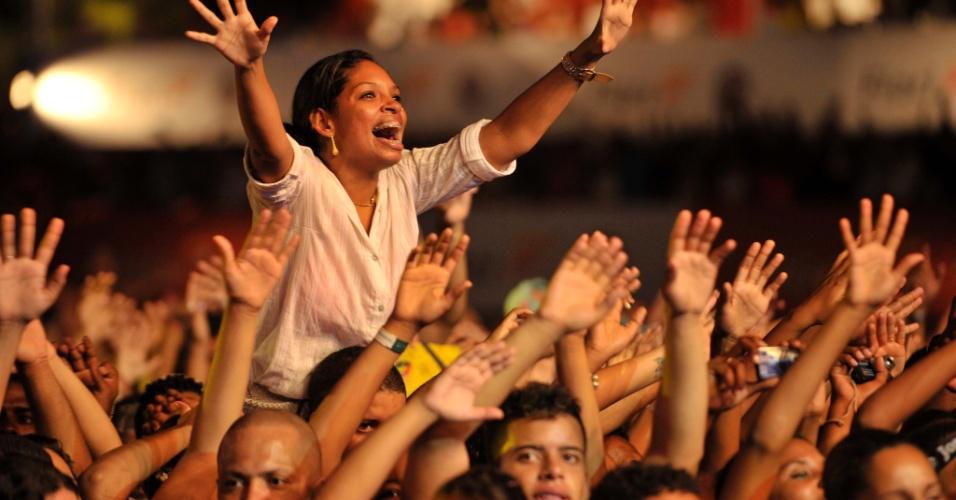 18.jan.2013 - Fãs no show do grupo Harmonia do Samba no terceiro dia do Festival de Verão 2013, em Salvador. O festival, em sua 15ª edição, acontece até o dia 19 de janeiro no Parque de Exposições da capital baiana