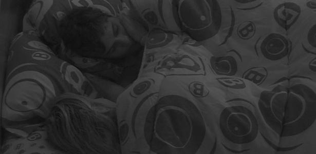 18.jan.2013 - Fernanda e André trocam carinhos antes de dormir...