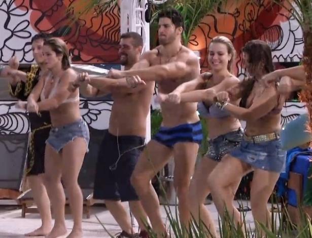 18.jan.2013 - Todos os participantes dançaram e fizeram a coreografia da música Gangnam Style, do Psy
