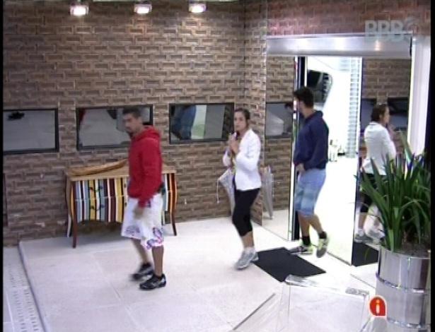 19.jan.2013 - Yuri, Marcello e Kamilla seguiram viagem para Betim, em Minas Gerais. Prova do anjo será na fábrica da Fiat.