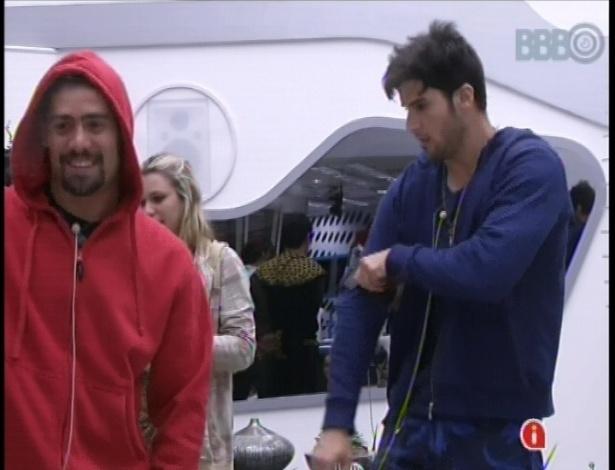 19.jan.2013 - Yuri e Marcello pegaram a bola vermelha e seguiram viagem para Betim, em MG