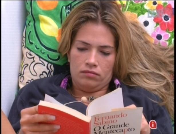 """19.jan.2013 - A veterana Fani não conseguiu dormir depois da prova do anjo e lê o romance """"O Grande Mentecapto"""", de Fernando Sabino"""