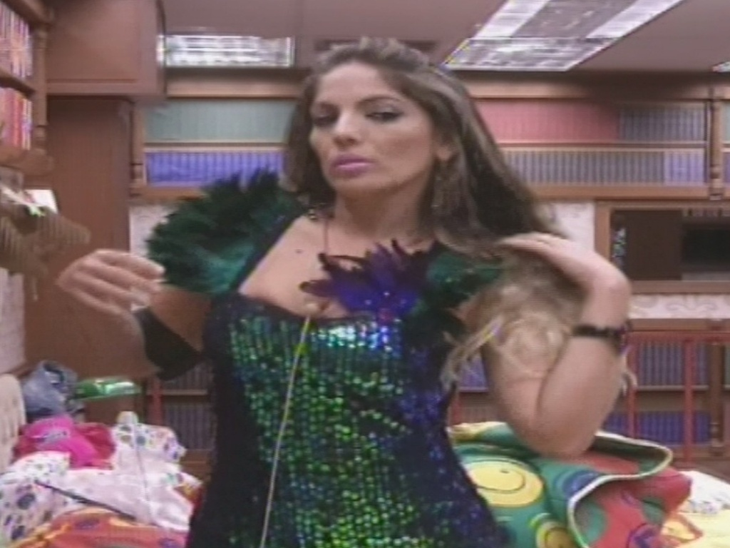 19.jan.2013 - Anamara confere roupa para a festa no espelho do quarto Biblioteca