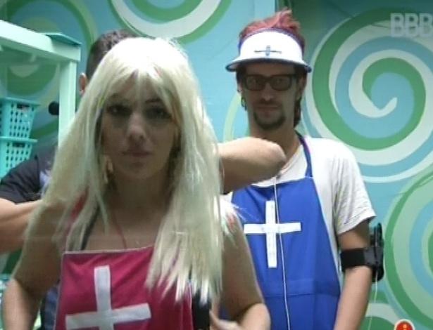 19.jan.2013 - Anamara e Aslan se vestem de enfermeiros para encarar o castigo do monstro