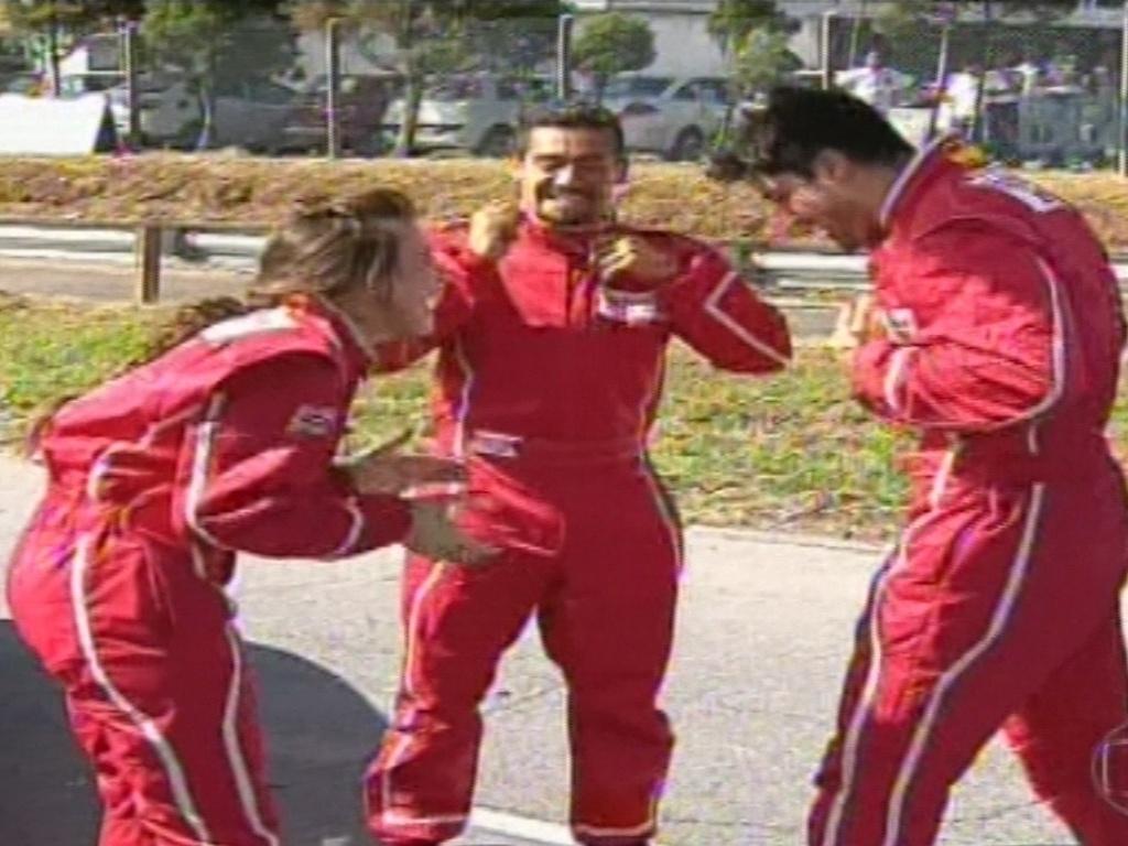19.jan.2013 - Ao lado de Kamilla e Yuri, Marcello comemora vitória na primeira prova do anjo do