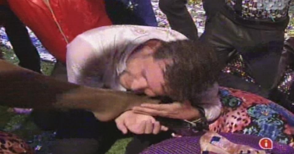 19.jan.2013 - Aslan abraça o pé de Gaby Amarantos enquanto a artista canta