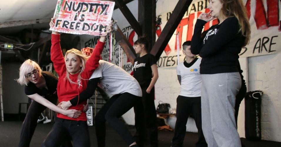 19.jan.2013 - Ativistas do grupo neofeminista ucraniano Femen realizam sessão de treinamento na sede do movimento, em um antigo teatro de Paris, na França