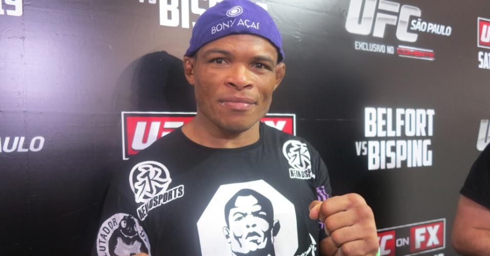 19.jan.2013 - Brasileiro Francisco Massaranduba posa para fotos após vencer a sua luta por finalização no UFC São Paulo