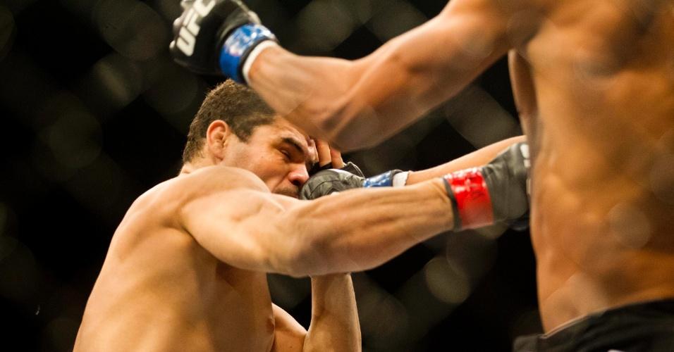 19.jan.2013 - Caldeirão leva soco de Marajó em uma das lutas do card preliminar do UFC SP