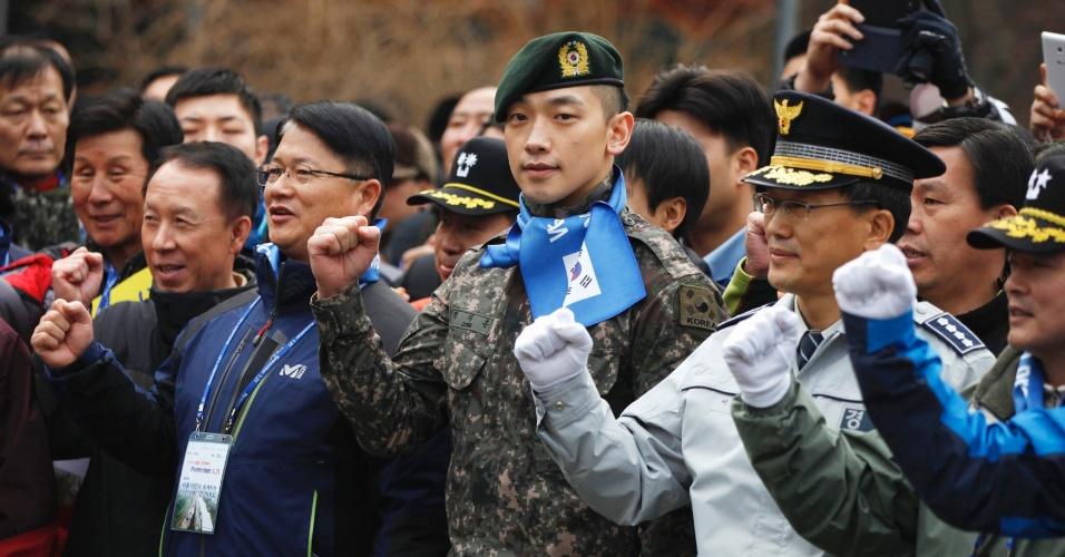 19.jan.2013 - Cantor, ator e dançarino sul-coreano Jung Ji-Hoon, mais conhecido pelo nome artístico Rain e que está servindo ao Exército do país, participa de evento militar