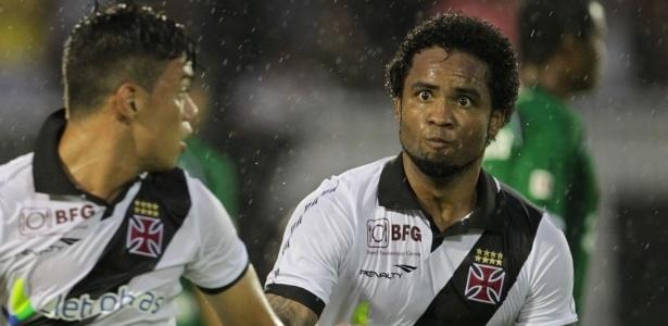 19.jan.2013 - Carlos Alberto comemora depois de abrir o marcador para o Vasco na partida contra o Boavista, pelo Campeonato Carioca