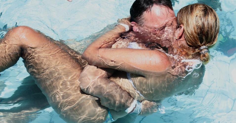 19.jan.2013 - Casal se beija durante o concurso Beijo Molhado, realizado no parque aquático Wet'n Wild, perto da cidade de Itupeva, no interior de São Paulo