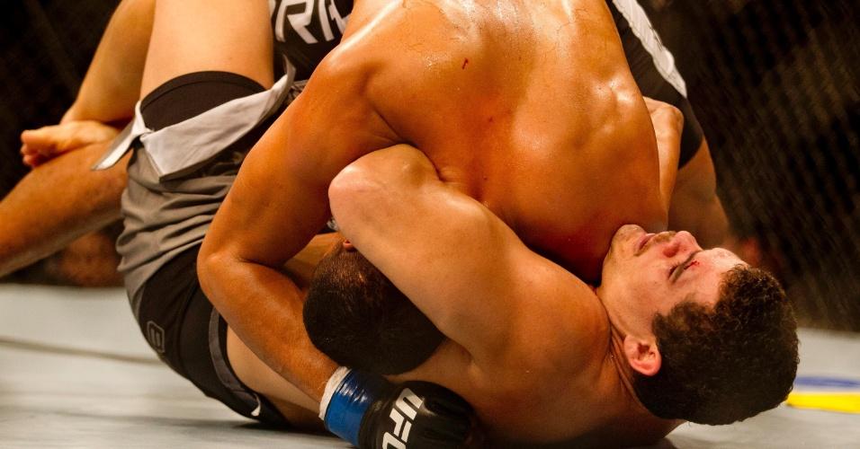 19.jan.2013 - Com corte no supercílio, Caldeirão tenta imobilizar Marajó em uma das lutas do card preliminar