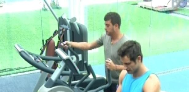 19.jan.2013 - Dhomini e Eliéser malham durante a manhã. Os dois aguardam a volta dos três participantes que foram à fábrica da Fiat, em Minas Gerais, fazer a prova do anjo