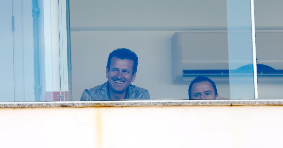 19.jan.2013 - Dunga, treinador do Internacional, acompanha da cabine a partida da sua equipe contra o Passo Fundo, pelo Campeonato Gaúcho