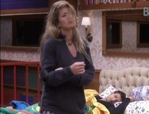 19.jan.2013 - Fani acorda animada com o toque de despertar. Ela já se levanta da cama dançando