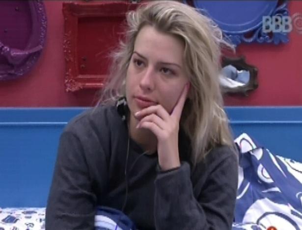 19.jan.2013 - Fernanda fica pensativa na cama até encontrar forças para levantar da cama
