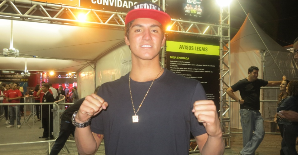 19.jan.2013 - Gabriel Medina, surfista brasileiro de 18 anos e grande promessa do país na modalidade, chega ao Ibirapuera para assistir ao UFC SP