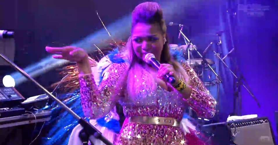 """19.jan.2013 - Gaby Amarantos abre show na casa do """"BBB13"""" com """"Ex Mai Love"""""""
