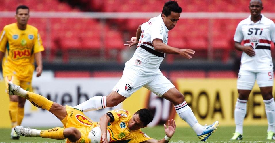 19.jan.2013 - Jadson tenta a jogada na partida do São Paulo contra o Mirassol, pelo Campeonato Paulista