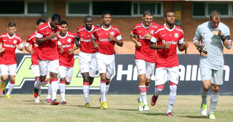19.jan.2013 - Jogadores do Internacional entram em campo para o início da partida contra o Passo Fundo, pela primeira rodada do Gauchão 2013
