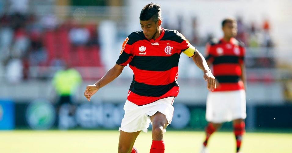 19.jan.2013 - Léo Moura tenta a jogada para o Flamengo na partida contra o Quissamã, pelo Campeonato Carioca