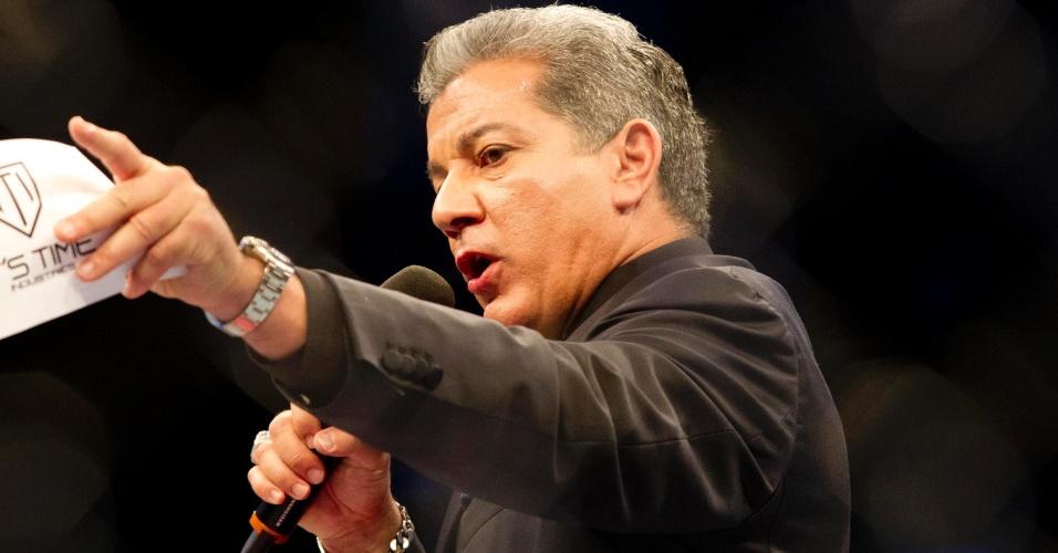 19.jan.2013 - Locutor do UFC, Bruce Buffer, em ação para chamar os lutadores que participam do UFC SP