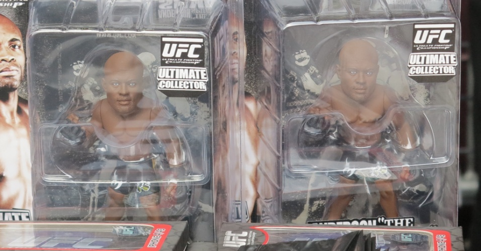 19.jan.2013 - Lojas no ginásio do Ibirapuera vendem produtos do UFC, como miniatura de lutadores por RS 80 e camisetas que vão de R$ 70 a R$ 100