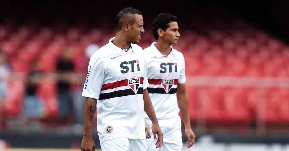 19.jan.2013 - Luis Fabiano (esq.) e Paulo Henrique Ganso aguardam o início da partida do São Paulo contra o Mirassol, pelo Paulistão