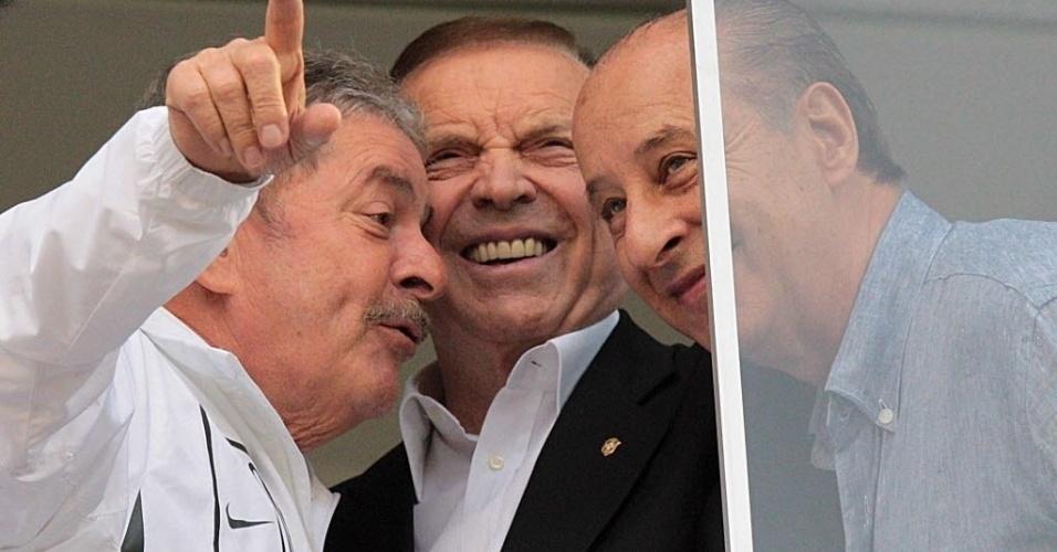 19.jan.2013 - Lula, José Maria Marín e Marco Polo del Nero conversam na cabine do estádio da partida entre São Bernardo e Santos, pelo Paulistão