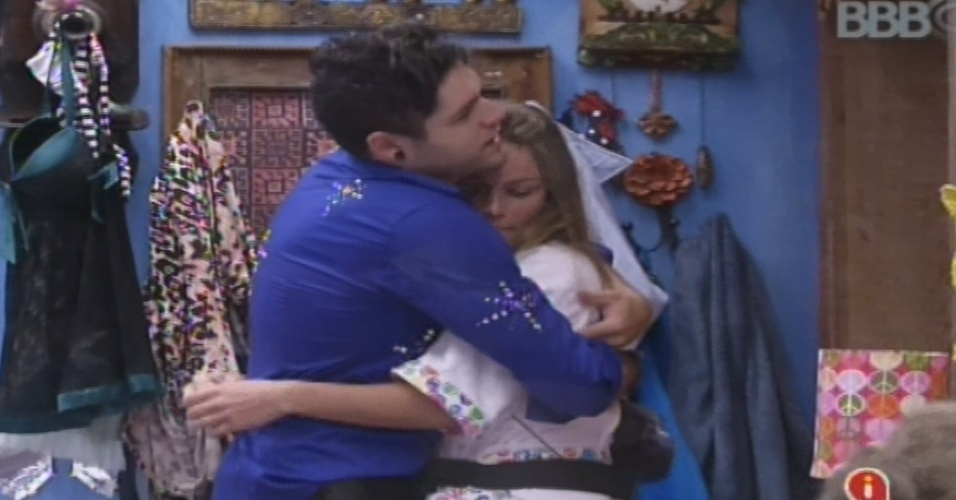 19.jan.2013 - Nasser dá um abraço em Natália. A gaúcha reclamou da falta de cuidado dos brothers com a casa
