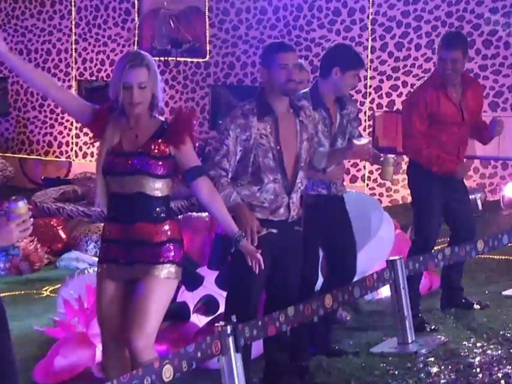 19.jan.2013 - Nasser, Fernanda, Yuri, André e Dhomini dançam ao som de Gaby Amarantos