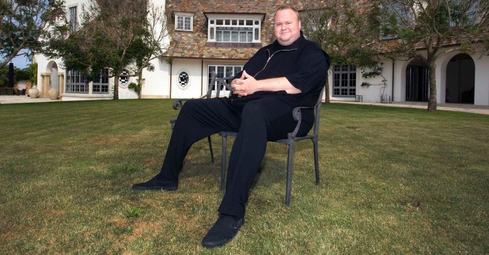 19.jan.2013 - O fundador do extinto site Megaupload, Kim Dotcom, posa, neste sábado (19), em sua mansão em Coatsville, Auckland (Austrália), após conceder entrevista à Reuters