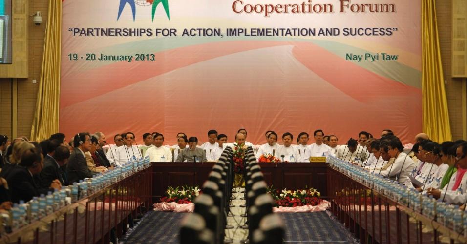 19.jan.2013 - O presidente do Mianmar, Thein Sein (ao centro), discursa durante o primeiro Fórum de Cooperação e Desenvolvimento, em Naypyitaw