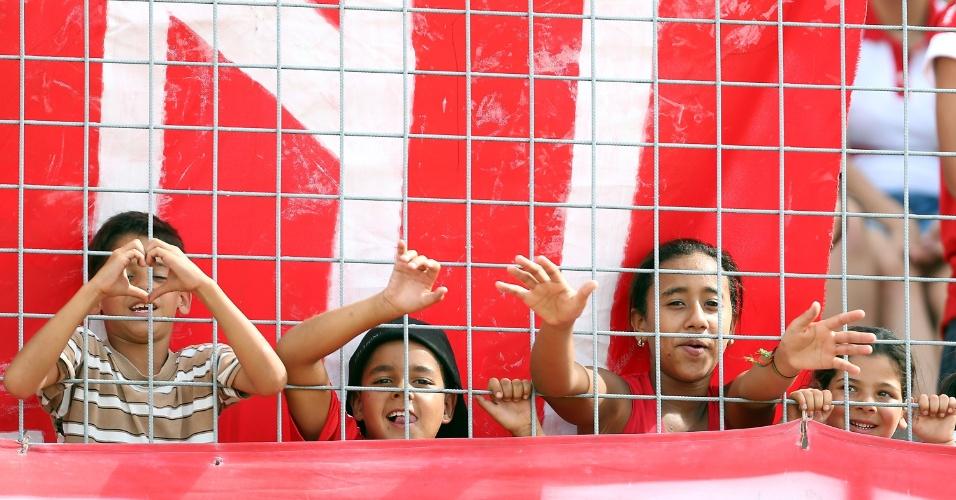 19.jan.2013 - Pequenos torcedores do Internacional aguardam o início da partida contra o Passo Fundo, no Complexo da Ulbra, em Canoas
