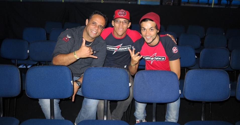 19.jan.2013 - Peso pena Charles do Bronx (no meio) comparece ao UFC São Paulo