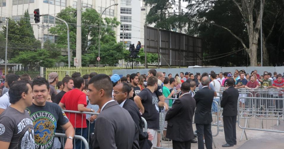 19.jan.2013 - Público chega em clima de tranquilidade para o UFC São Paulo