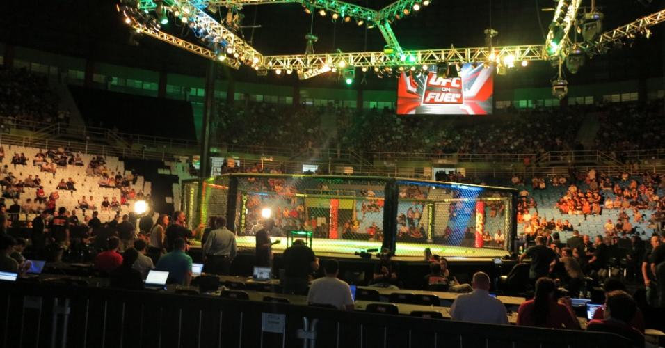 19.jan.2013 - Público já comparece em bom número antes do início do card preliminar do UFC SP