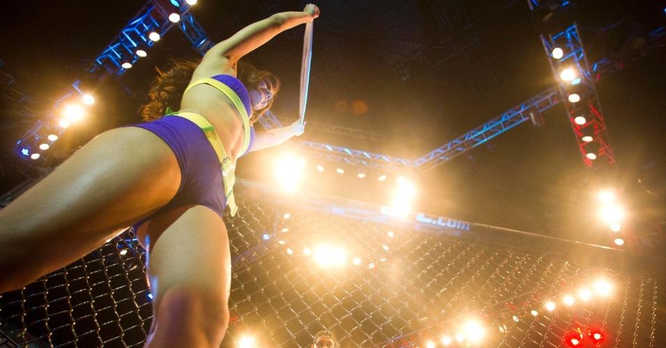 19.jan.2013 - Ring girl ergue a placa de início de round durante a luta entre Ildemar Maraj[o e Wagner Caldeirão