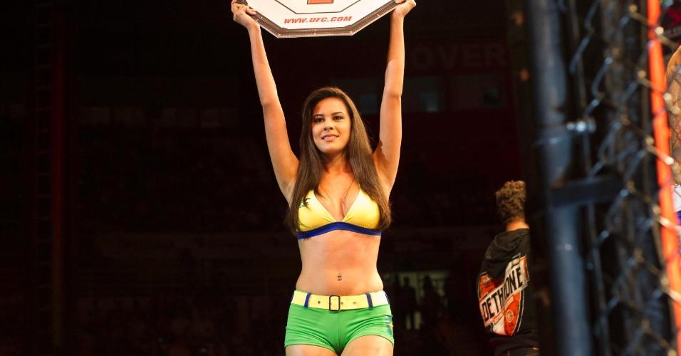 19.jan.2013 - Ring gril brasileira ergue a placa do primeiro round durante luta do UFC São Paulo