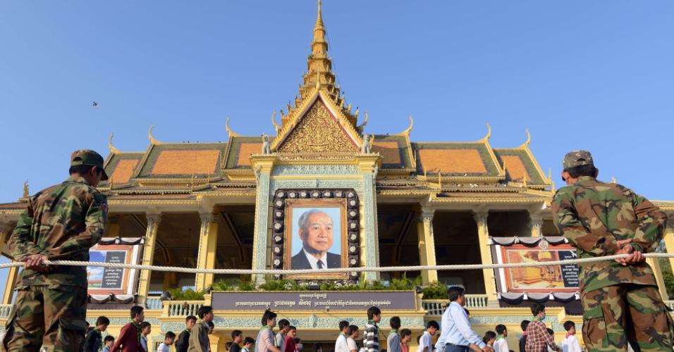 19.jan.2013 - Soldados cambojanos montam guarda enquanto estudantes marcham em frente ao Palácio Real de Phnom Penh, durante ensaio para o funeral do ex-rei do Camboja Norodom Sihanouk